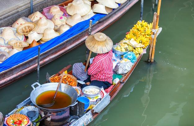 Damnoen saduak spławowy rynek w ratchaburi blisko bangkok, tajlandia