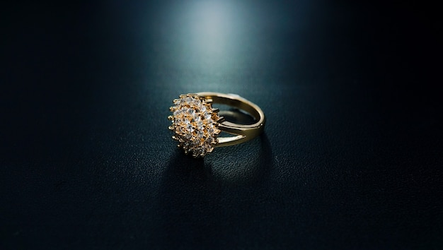 Damski złoty pierścionek z motywem kwiatowym