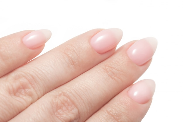 Damskie dłonie z doskonałym manicure nude.