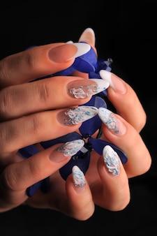 Damskie dłonie ze stylowym manicure.