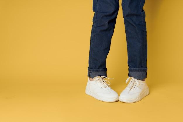Damskie nogi jeansowe białe trampki moda street style