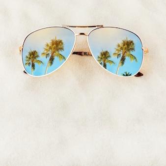Damskie okulary przeciwsłoneczne bez tytułu na piasku z miejscem na tekst w widoku z góry