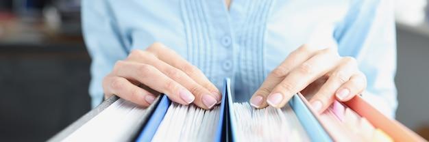 Damskie ręce na folderach z dokumentami koncepcja rozwoju strategii rozwoju biznesu development