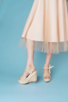 Damskie stopy sukienki modne buty zbliżenie