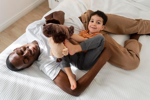 Dan odpoczywa w łóżku po zabawie z synem