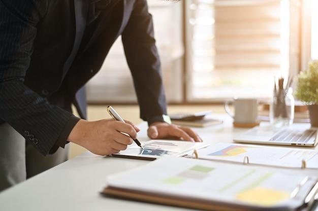 Dane analizy biznesmen na cyfrowym tablecie.