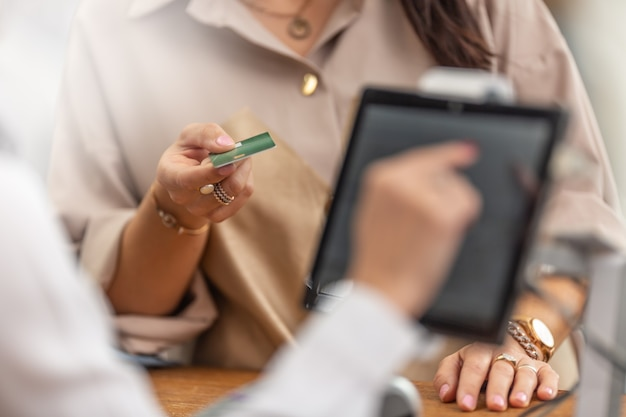 Dane klienta oferującego kartę kredytową lub debetową do płatności za zakupy w sklepie.