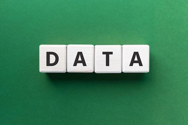 Dane tekstowe na drewnianych kostkach na zielonym tle informacje koncepcja przechowywania analizy seo kwadratowe drewno