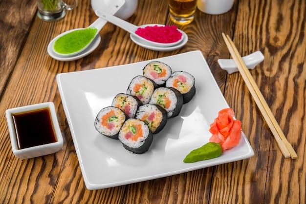 Dania kuchni japońskiej ze świeżymi owocami morza