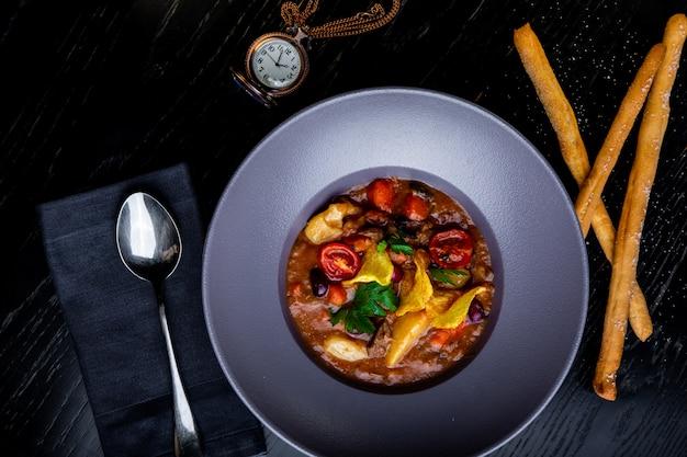 Dania w restauracji. piękne i smaczne jedzenie na talerzu. piękne serwujące jedzenie