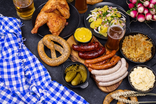 Dania z oktoberfestu: piwo, precel, kiełbasa, duszona kapusta, sałatka ziemniaczana, połówka kurczaka i żeberka