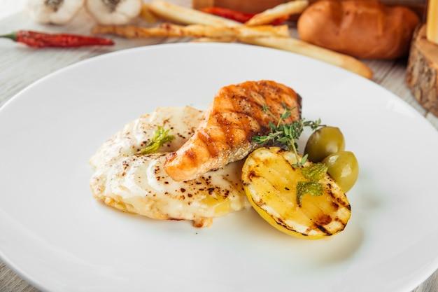 Danie dla smakoszy grillowany stek z łososia z zapiekanką ziemniaczaną