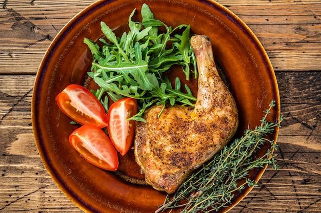 Danie drobiowe - pieczone udka z kurczaka z sałatką z warzyw