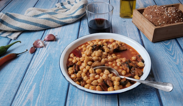 Danie kuchni śródziemnomorskiej z małżami i ciecierzycą