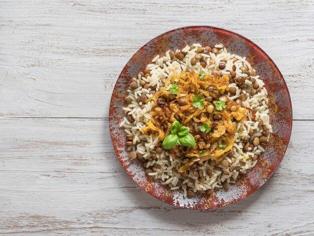 Danie mujadarra z ryżem, soczewicą i cebulą