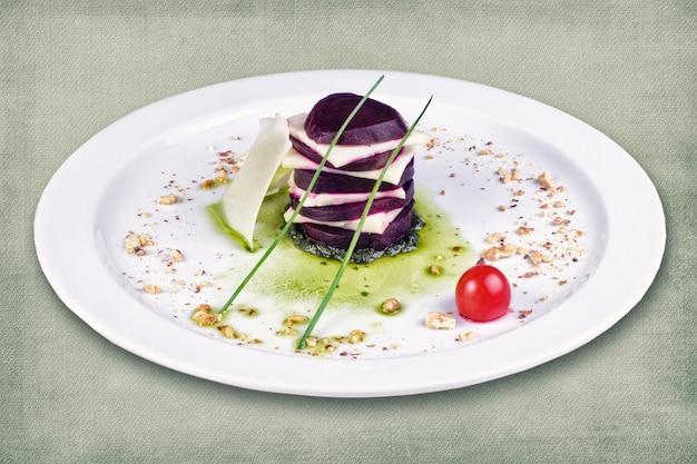 Danie restauracyjne składające się z buraków z serem i ziołami