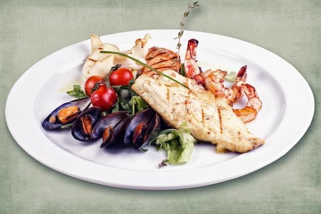 Danie restauracyjne składające się z różnych grillowanych ryb z ostrygami i krewetkami