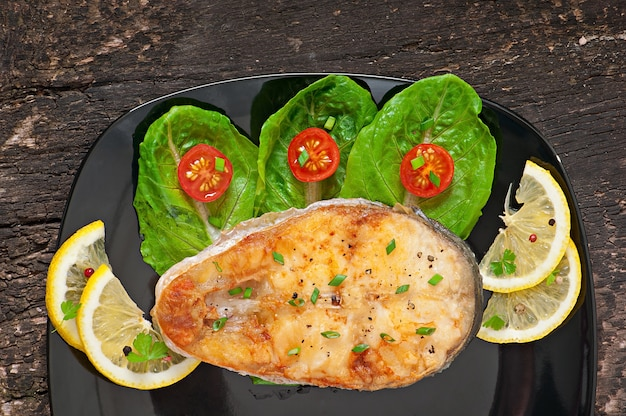 Danie rybne - smażony filet rybny z warzywami