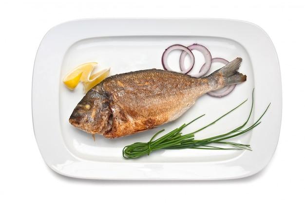 Danie smażone ryby z cebulą na białym tle
