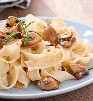 Danie wegetariańskie z tagliatelle i grzybami