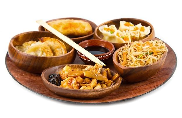 Danie z drewna z chińskim jedzeniem