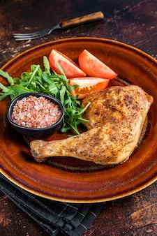 Danie z drobiu - pieczone udka z kurczaka z surówką warzywną