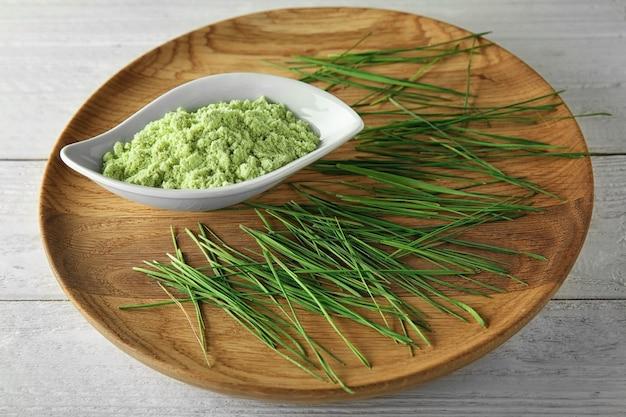 Danie z kiełkami trawy pszenicznej i proszkiem w misce na stole