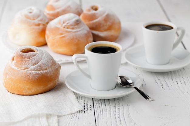 Danie z kremem choux z filiżanką herbaty lub kawy na popołudniową przerwę.