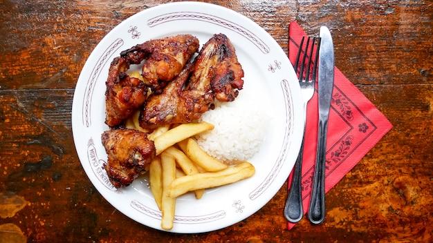 Danie z kurczaka na stole restauracji