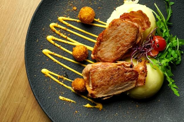 Danie z kurczaka na stole w restauracji
