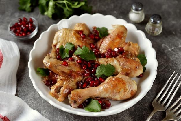 Danie z kurczaka z cebulą, granatem i kolendrą w białym winie