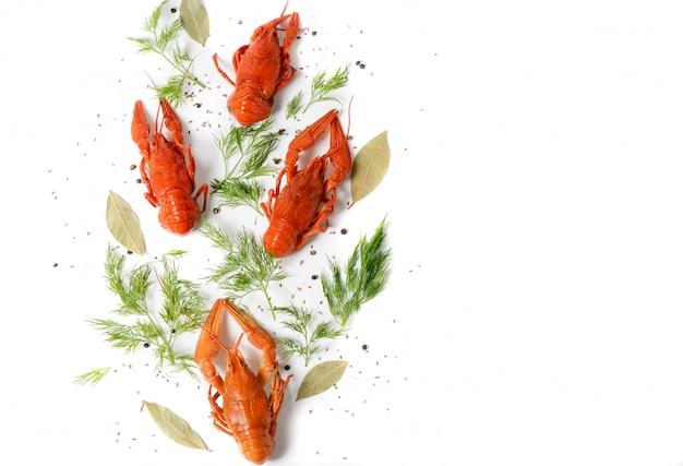 Danie z owoców morza z czerwonymi rakami gotowanymi