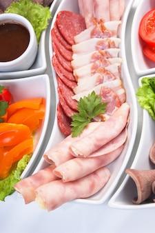 Danie z różnorodnych kiełbas i warzyw