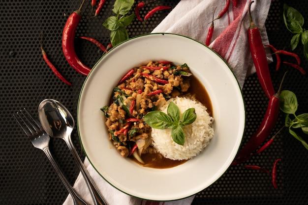Danie z ryżem i czerwoną papryką w białym okrągłym talerzu