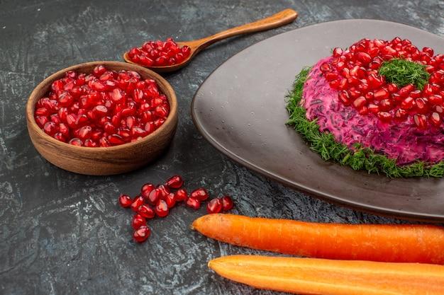 Danie z ziołami nasiona granatu łyżka marchewki