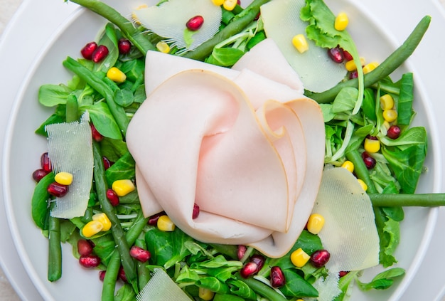 Danie ze świeżą sałatką i plastrami szynki