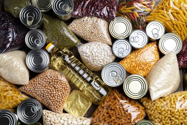 Darowizny karmowe z konserwować jedzeniem na stołowym tle. wpłać pojęcie.