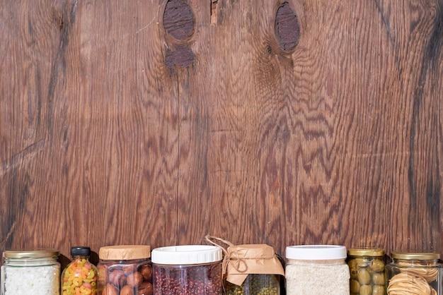 Darowizny żywnościowe na drewnianym tle, widok z góry