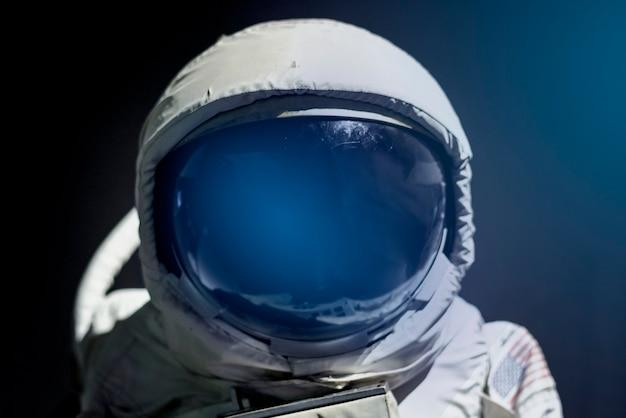 Daszek hełmu skafandra kosmicznego z bliska na astronautę