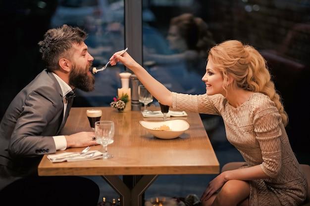 Data pary rodzinnej w romantycznej restauracji.