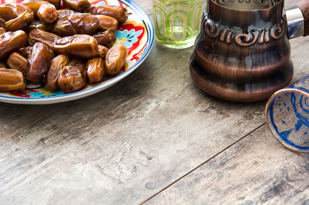 Datuje jedzenie w talerzu i herbacie na drewnianym stole, kopii przestrzeń