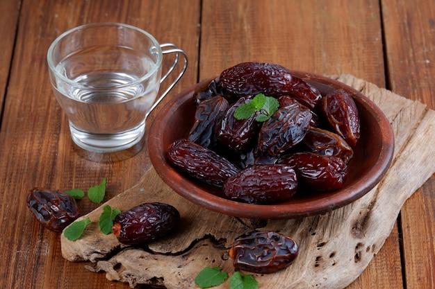 Daty i szklanka wody skopiuj przestrzeń iftar koncepcja żywności