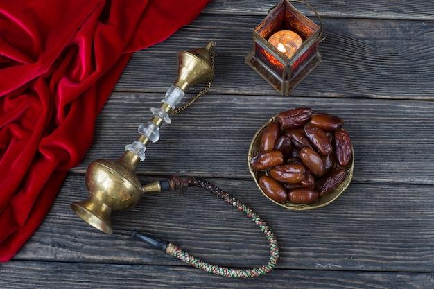 Daty, latarnia, czerwony aksamit i fajka wodna. ramadan kareem.