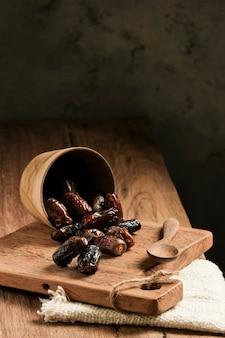 Daty podawane są na drewnianym stole. typowy owoc bliskowschodni, zjadany zazwyczaj podczas łamania postu