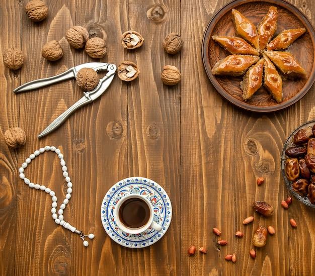 Daty, różańce i baklava. ramadan. selektywne skupienie.