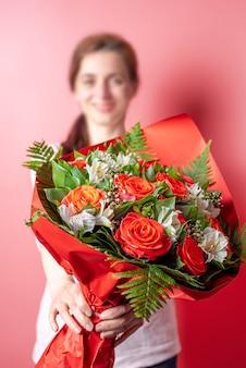 Dawanie kwiatów. układ bukietów