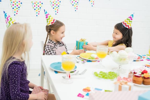 Dawanie prezentów urodzinowej dziewczynie