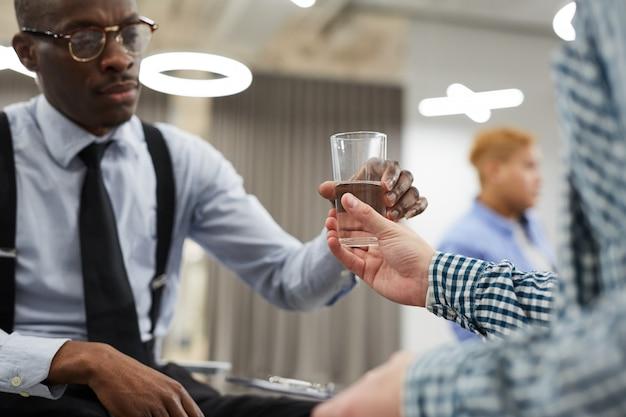 Dawanie szklanki wody