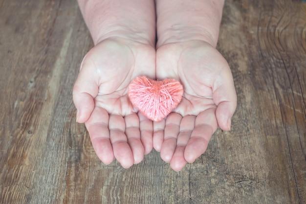 Dawstwo narządów, pomóc komuś. dorosła kobieta wręcza dawać nici sercu