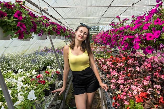 Dbanie o kwiaty młoda kobieta